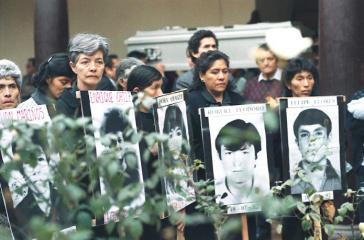 Angehörige von Opfern des Massakers von La Cantuta. Ein Dozent und neun Studierende wurden am 18. Juli 1992 vom Militär entführt und sind seitdem verschwunden. Nun soll eine genetische Datenbank bei Suche und Identifikation helfen
