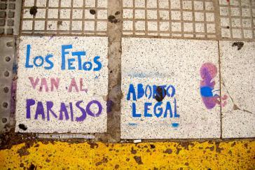 """""""Die Föten gehen ins Paradies. Legale Abtreibung"""" – Protest-Graffito in Argentinien"""