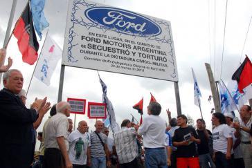 """Kundgebung vor dem Gerichtsgebäude während der Gerichtsverhandlung: """"Auf dem Werksgelände von Ford Motors Argentina wurde während der zivil-militärischen  Diktatur entführt und gefoltert"""""""