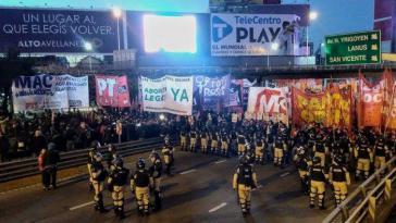 Gewerkschaften und linke Organisationen blockierten gemeinsam die Pueyrredón-Brücke, die Avellaneda und Buenos Aires verbindet
