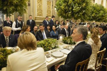 Am Freitagabend waren die Staats-und Regierungschefs im Präsidentenpalast zum Abendessen geladen. Links im Bild von hinten: Bundeskanzlerin Angela Merkel