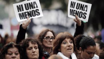 Frauen protestieren gegen die alltägliche geschlechtsbezogene Gewalt