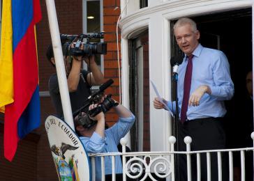 Assange auf dem Balkon der Botschaft von Ecuador in London. Inzwischen ist er isoliert und vom Internet abgeschnitten