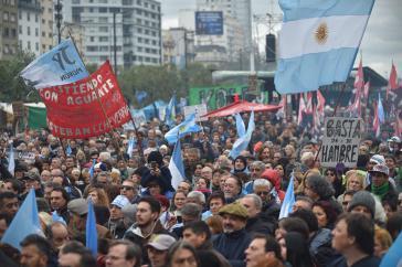 Erneute Proteste gegen die Politik der Regierung und die Zusammenarbeit mit dem IWF in der Hauptstadt von Argentinien, Buenos Aires