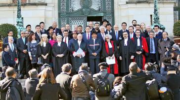 Der Präsident von Bolivien, Evo Morales, mit der Delegation des Landes vor dem Internationalen Gerichtshof von Den Haag