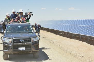 Boliviens Präsident Morales und sein Vize García Linera bei der Einweihung der größten  Solarenergieanlage des Landes am 7. September