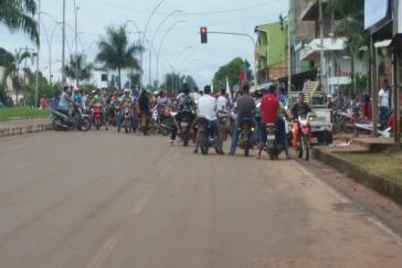 Die Regierung in Bolivien macht solche Motorrad-Gruppen der Opposition für Gewalt und Tote verantwortlich