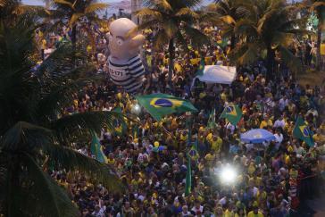 Anhänger von Jair Bolsonaro warten am 28. Oktober vor seinem Haus auf das Wahlergebnis