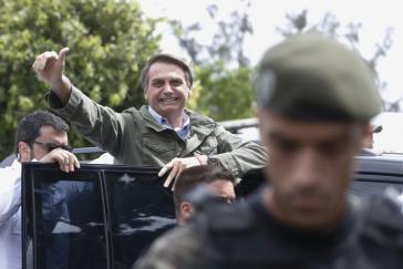 Jair Messias Bolsonaro kam mit Polizeischutz zur Abstimmung in Rio de Janeiro