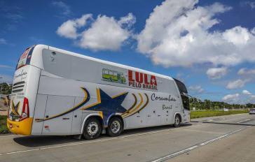 Von Anschlag in Brasilien betroffener Bus der Kampagne von Lula da Silva