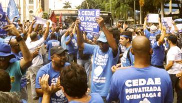 In Rio de Janeiro protestierten im vergangenen Jahr Zehntausende gegen die Privatisierung des für die Wasserversorgung der Stadt zuständigen bundesstaatlichen Unternehmens Cedae