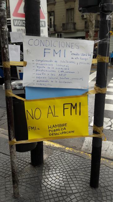 """Plakat in Buenos Aires: """"Bedingungen des IWF"""" - """"Nein zum IWF"""""""