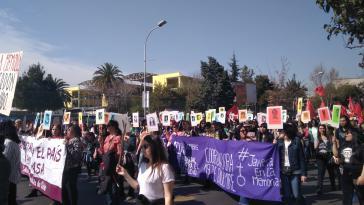 Viele Teilnehmer der Gedenkdemonstration in Santiago de Chile hielten Bilder der Mordopfer der Diktatur hoch