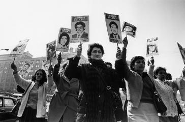Frauen der Angehörigengruppe von Verschwundenen in Chile demonstrieren während Pinochets Militärdiktatur  vor dem Regierungspalast