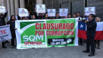 """In einer symbolischen Aktion der Bewegung """"Lithium für Chile"""" am Sitz von SQM in Santiago wurde das Unternehmen wegen Korruption geschlossen und enteignet"""