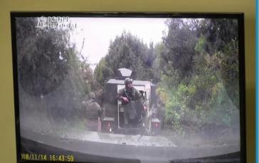 Die Staatsanwaltschaft führte dem Gericht Videoaufnahmen vor, auf denen zu sehen ist, dass die vier beschuldigten Polizisten Helmkameras trugen (Screenshot)