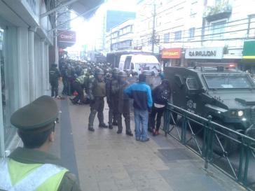 Carabineros im Einsatz gegen Straßenhandel in Temuco. Mapuche-Händlerinnen werden zu Boden gestoßen und gewaltsam abgeführt