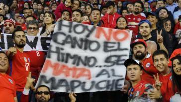 """Protest von Fußballfans beim Spiel Chile:Honduras: """"Heute singe ich nicht die Hymne, Mapuche werden getötet"""""""