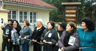 """Angehörige von Verschwundenen protestieren auf dem Zufahrtsweg zur Colonia Dignidad, die sich heute """"Villa Baviera"""" nennt und einen Tourismuspark betreibt (2015)"""