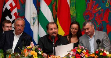 Nicaraguas Präsident Daniel Ortega mit Sergei Bagapsch (links im Bild), dem damaligen Präsident Abchasiens und Eduard Dschabejewitsch Kokoity (rechts), dem damaligen Präsidenten von Südossetien, bei einer Zusammenkunft im Juli 2010