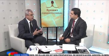 """Der Verfassungsrechtler und Mitglied der Verfassungsredaktion Homero Acosta (links) im Interview mit dem kubanischen Fernsehsender """"Canal Caribe"""""""