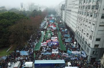 """Hunderttausende Menschen demonstrierten unter dem Slogan """"Nie wieder"""" gegen die von Präsident Macri erlassene Reform der argentinischen Streitkräfte"""