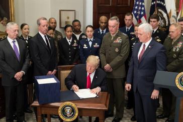 US-Präsident Trump bei der Unterzeichnung des Genehmigungsgesetzes zur nationalen Verteidigung 2018, mit einem Etat von rund 555 Milliarden Euro für das Verteidigungsministerium