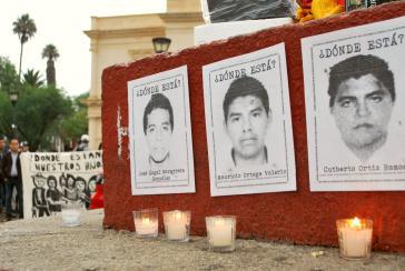 Fotos von Opfern des Massakers von Ayotzinapa bei einer Protestaktion in San Cristóbal de las Casas, Mexiko
