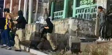 Gerson M. und Mario S. werden von Maskierten in ATIC-Uniform in ihren Häusern festgenommen und abgeführt