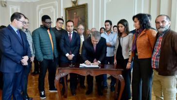 Der kolumbianische Präsident Iván Duque unterschreibt nach vielen Wochen des Protests von Studenten die Zusage für eine deutliche Erhöhung der Ausgaben für den Bildungssektor