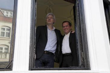 Julian Assange (li.) mit dem ehemaligen ecuadorianischen Außenminister von Ecuador, Ricardo Patiño im Jahr 2013. Inzwischen hat sich das politische Blatt in Ecuador gewendet