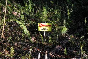Warnschild im kontaminierten Gebiet in Ecuador
