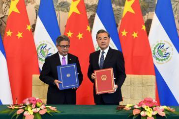 Die Außenminister von El Salvador, Carlos Castaneda und China, Wang Yi besiegelten die Aufnahme diplomatischer Beziehungen am 21. August