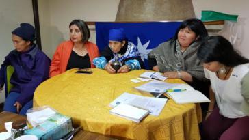 Gegen die Machi Linconao (Bildmitte) wird trotz bereits erfolgter Freisprüche weiter ermittelt. Rechts neben ihr Emilia Nuyado, die erste Mapuche-Abgeordnete in Chile