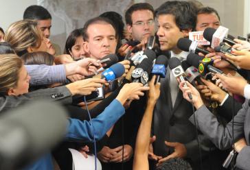 Die Presse geht auf den linken Kandidaten Fernando Haddad im Kampf gegen den rechtsextremen Jair Bolsonaro zu