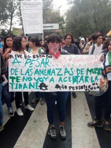 """""""#Es war der Staat. Trotz Morddrohungen werde ich die Tyrannei nicht akzeptieren. Ich verzeihe nicht. Ich vergesse nicht!"""". Studentin bei der Demonstration am 13. September 2018 in Mexiko-Stadt"""