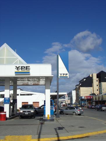 Eine Tankstelle des staatlichen Ökonzerns YPF in Ushuaia