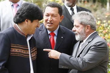 Venezuelas Präsident Hugo Chávez (Bildmitte) beim Unasur-Gipfel im Jahr 2009 mit seinen Amtskollegen Evo Morales (Bolivien) und Lula da Silva (Brasilien)
