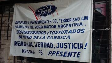 """Protest vor dem Gerichtsgebäude in San Martín: """"Entführt und gefoltert in der Fabrik"""". Überlebende Ford-Arbeiter kämpfen für Erinnerung, Wahrheit und Gerechtigkeit"""