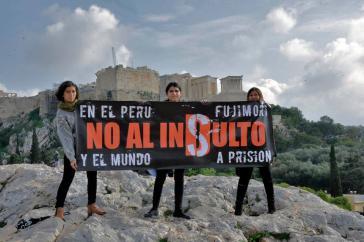 In Athen, Griechenland, protestieren Peruaner am Donnerstag gegen die Begnadigung