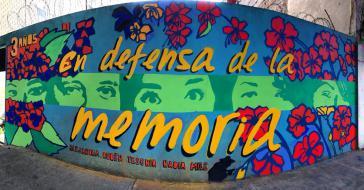 """""""Gegen das Vergessen -  Alejandra, Ruben, Yesenia, Nadia, Mile"""". Am Wohnhaus, wo das Massaker stattfand, haben Aktivisten die Fassade mit den Porträts der Opfer bemalt"""