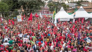 Am 1. Mai gingen in Brasilien zehntausende Demonstranten für Lula da Silva auf die Straße. In Curitiba, Lulas Haftort, fand eine zentrale Kundgebung der Gewerkschaften statt