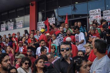 Tausende blockieren den Sitz der Metallarbeitergewerkschaft  im Süden von São Paulo, wo Lula sich derzeit aufhält