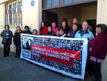 """Verschwundenenverbände demonstrieren Im Jahr 2017 vor dem """"Haus von Parral"""", das die Colonia Dignidad dem chilenischen Geheimdienst DINA zur Verfügung stellte."""