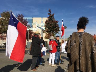 Aktivisten, darunter viele aus Chile, vor dem Kanzleramt am Mittwoch