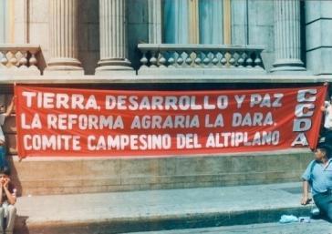 """Protestaktion des Bauernkomittees von Altiplano in Guatemala: """"Land Entwicklung und Frieden - Die Landreform wird sie bringen"""""""