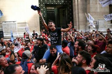 Mit Jubel wurden die Urteile wegen der Folter der beiden Aktivisten von La Garganta Poderosa vor dem Gerichtsgebäude aufgenommen. Mit dabei: Iván Navarro (Mitte), eines der Opfer