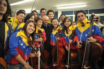 José Antonio Abreu mit Mitgliedern des Venezolanischen Jugendsinfonieorchesters Simón Bolívar