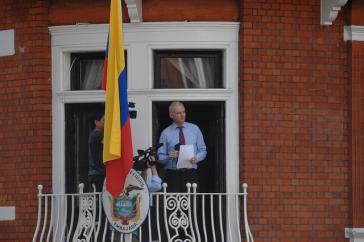 Julian Assange im Fenster der Botschaft von Ecuador in London zu Beginn seines Asyls 2012