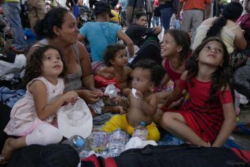 Unter den Geflüchteten aus Honduras, El Salvador und Guatemala sind zahlreiche Frauen und Kinder